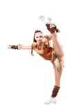 la animadora profesional se vistió en un traje del guerrero que se colocaba en una pierna Fracturas verticales Imagen de archivo libre de regalías