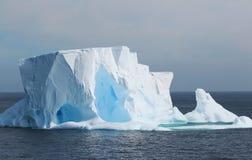 La Antártida en una península antártica del día nublado - icebergs enormes y cielo gris foto de archivo libre de regalías