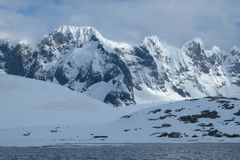 La Antártida hizo punta las montañas nevosas en luz de la mañana en día nublado imagen de archivo