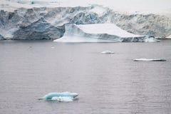 La Antártida - icebergs y costa costa Imagen de archivo libre de regalías