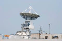La antena comunica con el satélite imágenes de archivo libres de regalías