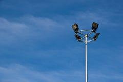 La antena de las comunicaciones está en el cielo Fotos de archivo libres de regalías