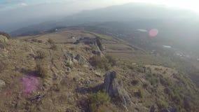 La antena de los motoristas de la montaña monta cuesta abajo en las montañas Besh-Kosh crimea almacen de metraje de vídeo