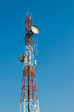 La antena de radio y el satélite de la telecomunicación se elevan con el cielo azul Imagen de archivo