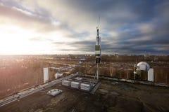 La antena del panel de las bandas del G/M DCS UMTS LTE y la unidad de radio están como parte de equipo de comunicación de la esta imagenes de archivo