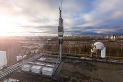 La antena del panel de las bandas del G/M DCS UMTS LTE y la unidad de radio están como parte de equipo de comunicación de la esta fotografía de archivo libre de regalías