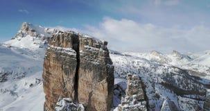 La antena delantera hacia Cinque Torri majestuosa monta mostrar el acantilado rocoso escarpado Día soleado con el cielo nublado D almacen de video