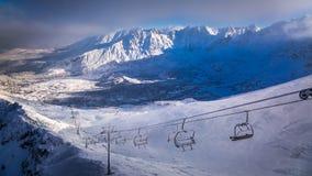La antena levanta sobre el valle en el invierno Imagen de archivo