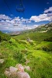 La antena levanta sobre el valle en las montañas Fotografía de archivo libre de regalías
