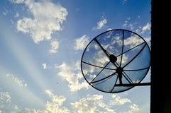 La antena parabólica con el cielo azul imágenes de archivo libres de regalías