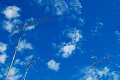 La antena tres se está colocando sobre el cielo Foto de archivo libre de regalías