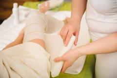 la Anti-cellulite avvolge la procedura per le gambe in un centro della stazione termale fotografie stock libere da diritti