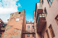 La antigüedad agrietó la vieja yarda de Arhitecture del vintage con el balcón, cielo azul, entonado Imagenes de archivo