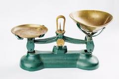 La antigüedad pesa y mide la escala de medición con las bandejas de cobre amarillo viejas Fotografía de archivo libre de regalías