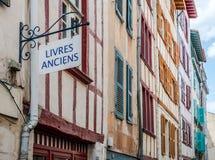 La antigüedad reserva el letrero en una fachada del edificio típico de Aquitania Imágenes de archivo libres de regalías