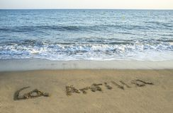 La Antilla som är skriftlig i sanden på stranden, Huelva, Spanien Arkivbilder