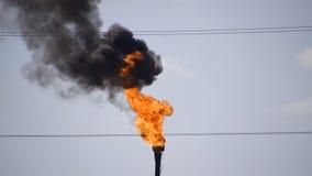 La antorcha del gas que fuma Contaminación ambiental Sistema de la antorcha en un campo petrolífero metrajes