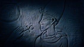 La antorcha enciende para arriba la talla egipcia del hombre almacen de video