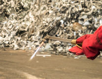 La antorcha para corte de metales con hollín y la llama adentro reciclan la fábrica, tailandesa fotos de archivo libres de regalías