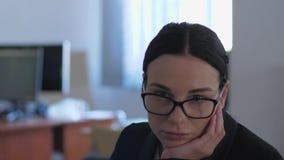 La apatia, donna di affari infelice pensa a qualcosa mentre lavora in primo piano dell'ufficio archivi video