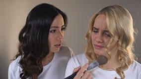 La aplicación de dos muchachas compone, luchando para el lugar delante del espejo, rivalidad, envidia almacen de metraje de vídeo