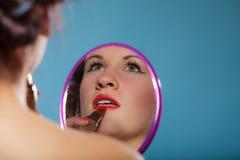 La aplicación de la muchacha compone el lápiz labial rojo Fotografía de archivo libre de regalías