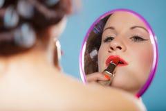 La aplicación de la muchacha compone el lápiz labial rojo Imagen de archivo libre de regalías