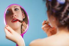 La aplicación de la muchacha compone el lápiz labial rojo Fotos de archivo libres de regalías