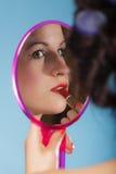 La aplicación de la muchacha compone el lápiz labial rojo Foto de archivo libre de regalías