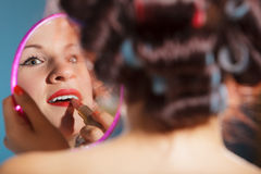 La aplicación de la muchacha compone el lápiz labial rojo Foto de archivo