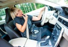La aplicación atractiva de la mujer compone en su coche y hablar en mobi Foto de archivo
