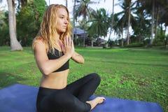 La aptitud, yoga, perfecciona el cuerpo bronceado, piel sana Recorrido y vacaciones Concepto de la libertad Tiro al aire libre Foto de archivo