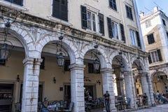 La arcada de Liston en la ciudad vieja de Corfú Grecia fotografía de archivo libre de regalías