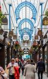 La arcada de Thornton en Leeds que muestra tiendas y a clientes fotografía de archivo
