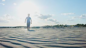 La arena barre pies del muchacho de los rastros almacen de metraje de vídeo