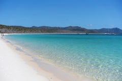 La arena de la silicona de Azure Blue Water And White de una playa en los Pentecostés Australia fotos de archivo