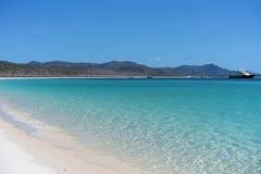 La arena de la silicona de Azure Blue Water And White de una playa en los Pentecostés Australia fotografía de archivo libre de regalías