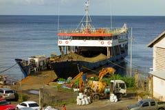 La arena del cargamento en una inter-isla barge adentro el Caribe Imágenes de archivo libres de regalías