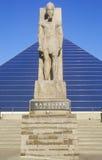 La arena deportiva de la pirámide en Memphis, TN con la estatua de Ramses en la entrada foto de archivo