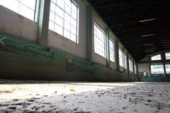 La arena vacía del montar a caballo es conveniente para los caballos de la doma Fotos de archivo