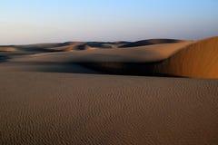 La arena y el cielo del desierto árabe como el Sun comienza a fijar imágenes de archivo libres de regalías