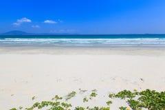 La arena y la onda blancas varan paisaje de la luz del día del cielo azul Imágenes de archivo libres de regalías