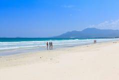 La arena y la onda blancas varan paisaje de la luz del día del cielo azul Imagen de archivo libre de regalías