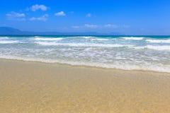 La arena y la onda de oro varan paisaje de la luz del día del cielo azul Foto de archivo libre de regalías