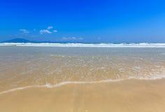 La arena y la onda de oro varan paisaje de la luz del día del cielo azul Fotografía de archivo libre de regalías
