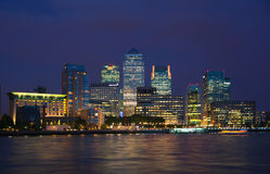La aria del negocio y de las actividades bancarias de Canary Wharf y la primera noche se enciende, Londres Imagenes de archivo