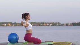 La armonía espiritual, yogui linda joven femenina en la posición de loto medita y disfruta con calmnes espirituales en el aire ab almacen de video