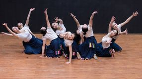 La armonía y Guozhuang de la fruta son populares en la danza tibetana de Tíbet 1-Chinese - ensayo de la enseñanza en el nivel del foto de archivo