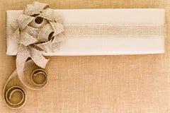 La arpillera rústica artística adornó el regalo de la Navidad Imagenes de archivo