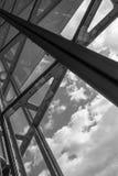 La arquitectura de cristal en ciudad contra un cielo Imágenes de archivo libres de regalías